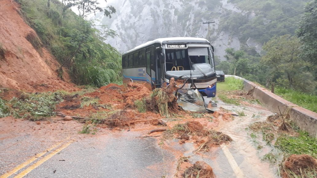 Barreira cai e atinge ônibus na Posse